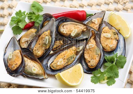 fried mussels with pepper and garlic