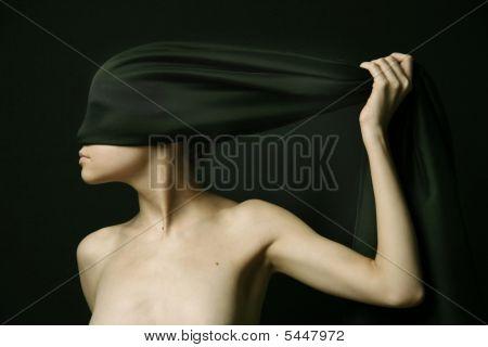Nackte Frau mit schwarzen Binde