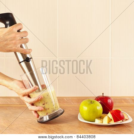 Hands chefs mixed fruit smoothie in blender