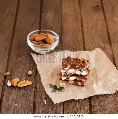 Nut bar with nuts