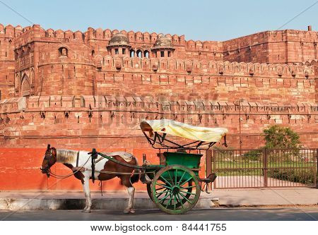Indian Carriage With Horse Is Waiting Of Passengers At The Entrance To Agra Fort