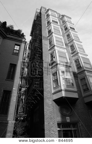 Edifício alto com escada de incêndio e bay windows