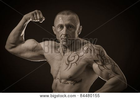 Muscular man bodybuilder.