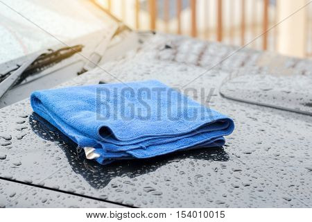 Wipe the rain drops on the roof of the car with a microfiber cloth.