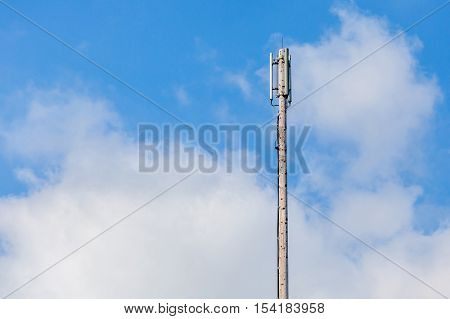 Close up Cellular transmitter dipole antenna for telecommunications with clear blue sky background.
