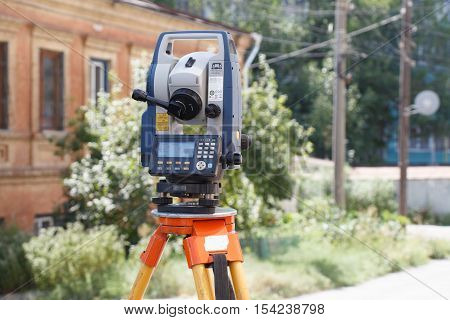 Tachymeter on tripod a theodolite for the rapid measurement of distances in surveying