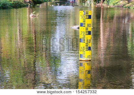 Water level indicator at the waterway or canal