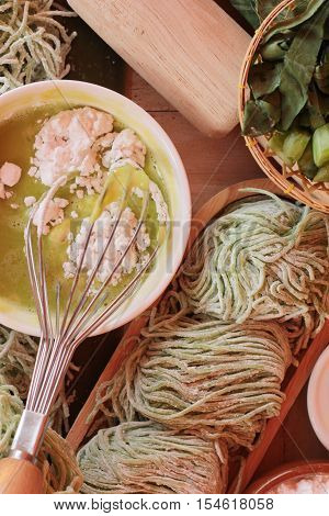 Making jade noodle made of vegetable and egg