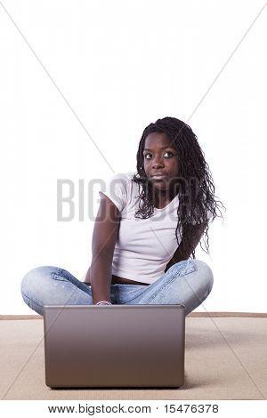 junge glücklich afrikanische Frau auf dem Teppich Surfen im Internet (isolated on White)