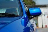 Постер, плакат: Правая сторона зеркало блестящий синий автомобиль