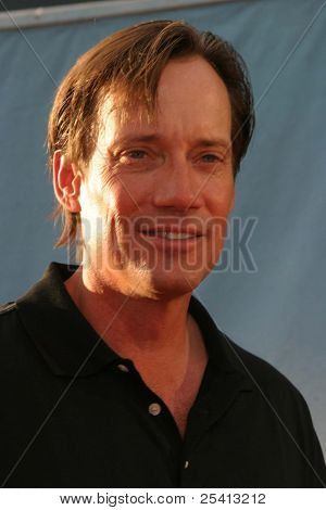 LOS ANGELES - AUG 11: Kevin Sorbo at the 'Open Range' premiere on August 11, 2003 in Los Angeles, California