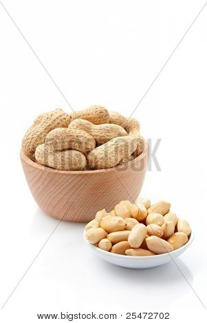 Shelled and un-shelled peanuts in bowls