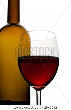 Botella y vaso de vino tinto aislado