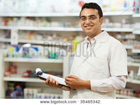 mulher de químico farmacêutico alegre permanente na Drogaria farmácia