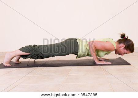 schöne junge Dame doing yoga