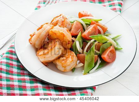 Shrimps (prawns) and fresh snow peas and tomato salad