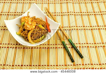 Chinese food, noodles with prawn.