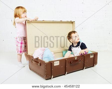 Jungen und Mädchen im Koffer