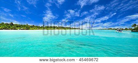 Incrível ilha e praia intocada em Maldivas