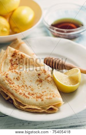 Lemon pancakes with honey