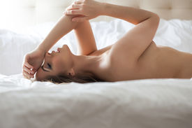 picture of curvy  - Side view of nude sensual woman lying in bed - JPG