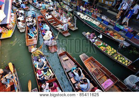 Damonen Saduak floating market in Bangkok,Thailand.