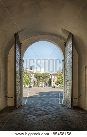 View the suburbs of the Italian city of Lucca beneath the historic gate outwards