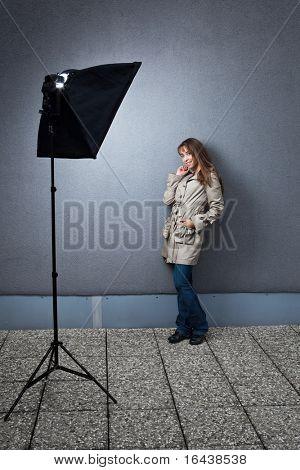 Bastante joven mujer modelo caucásico fotografiada en ubicación - iluminada por una luz estroboscópica en un softbox (c