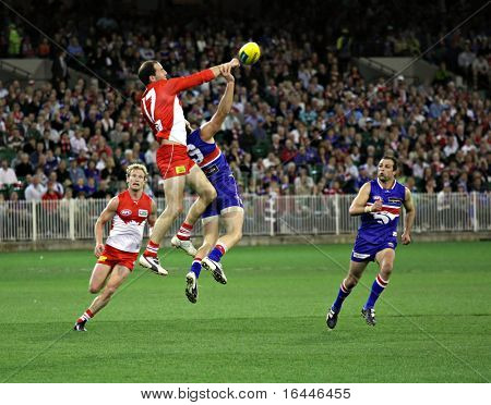 MELBOURNE - SEPTEMBER 12: Tadhg Kennelly spoils in the AFL second semi final - Western Bulldogs vs Sydney Swans, September 2008
