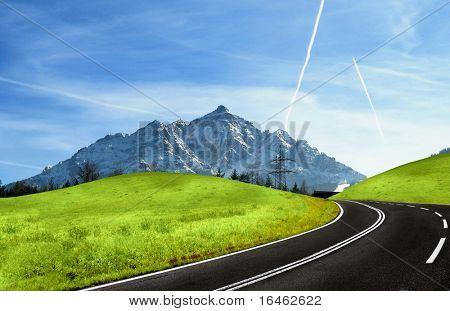 Montanha estrada e snowy Alpes