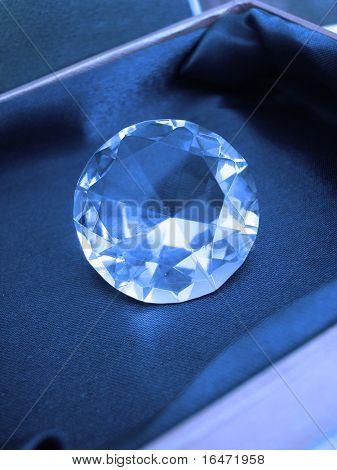Cristal de diamante hermoso en caja azul