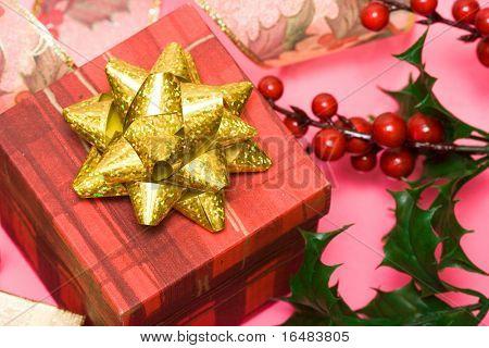 caja de regalo con acebo