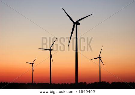 Aerogeneradores en la puesta del sol