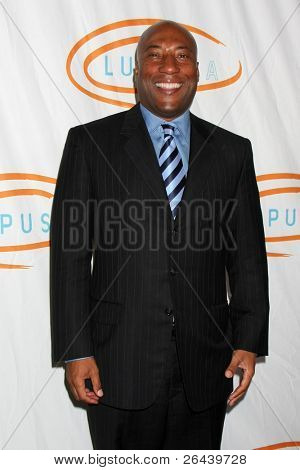 LOS ANGELES - NOV 4:  Byron Allen arrives at the 9th Annual Lupus LA Hollywood Bag Ladies Luncheon at Beverly Wilshire Four Seasons Hotel on November 4, 2011 in Beverly Hills, CA