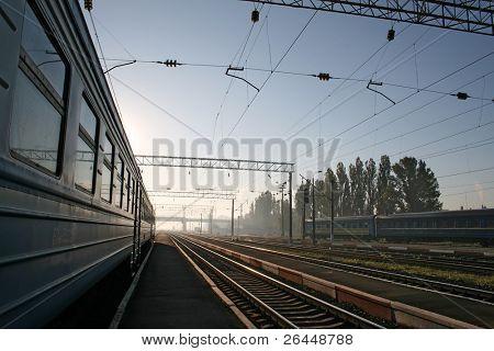 Estación de tren con un tren que está parado en él