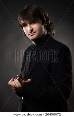 Retrato de un hombre fresco sobre fondo negro