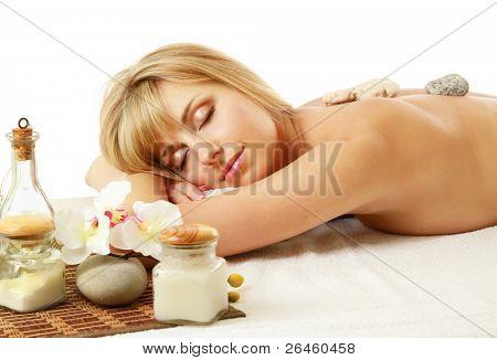 Bela jovem recebendo massagem spa isolada no fundo branco