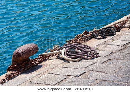 Cala oxidado con el amarre del buque