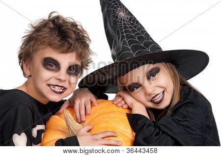 Menino e menina vestindo traje de halloween com abóbora em fundo branco