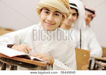 Árabes niños en el aula de la escuela