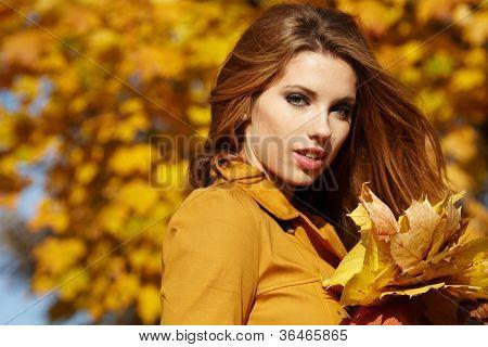 Junge Frau mit Herbst Blätter in der hand und fallen gelbe Ahorn Garten Hintergrund