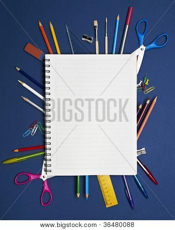 Volver a la escuela serie: útiles escolares sobre fondo azul