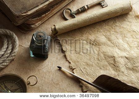 pluma y tintero sobre papel vintage