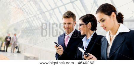 Постер, плакат: Бизнесмены с помощью мобильного телефона, холст на подрамнике