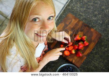 Frau schneiden Erdbeeren