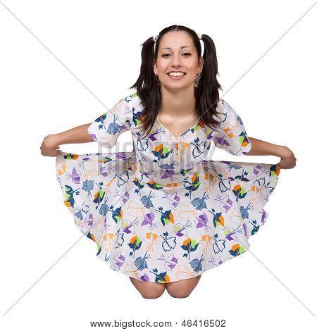Uma garota com tranças em vestido retrô colorido