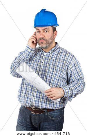 Trabalhador da construção civil falar com telefone
