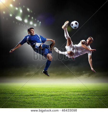 Bild von zwei Fußballspielern im Stadion