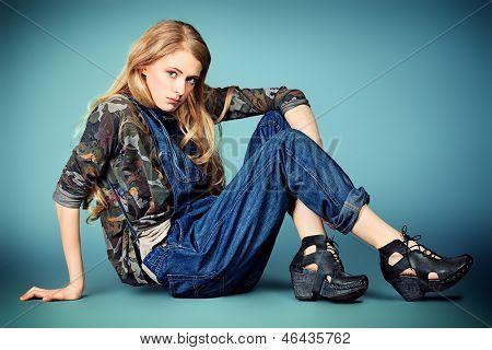 Retrato de uma mulher jovem e atraente em jeans roupas.