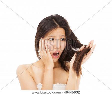 Geschokt vrouw kijken naar de schade haar